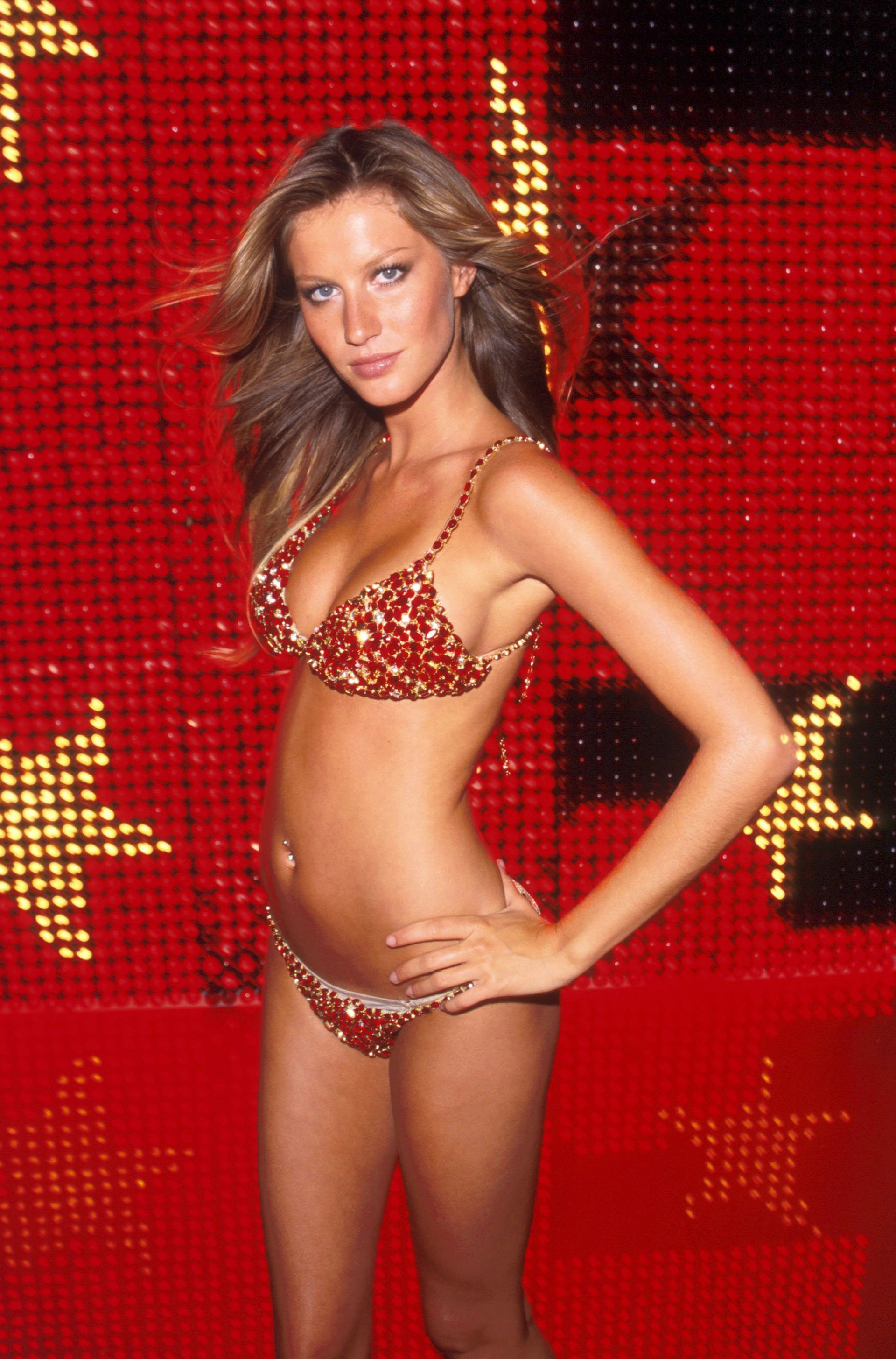 "2000: Gisele Bündchen, the Brazilian model, paraded for the first time the fantasy bra on the Victoria's Secret catwalk.  This was called ""Red Hot Fantasy Bra"", made with more than 1,300 gems, 300 pieces of Thai rubies and that same year it entered the Guinness Record for being the most expensive piece of lingerie in the world.  Its value was USD 15,000,000."