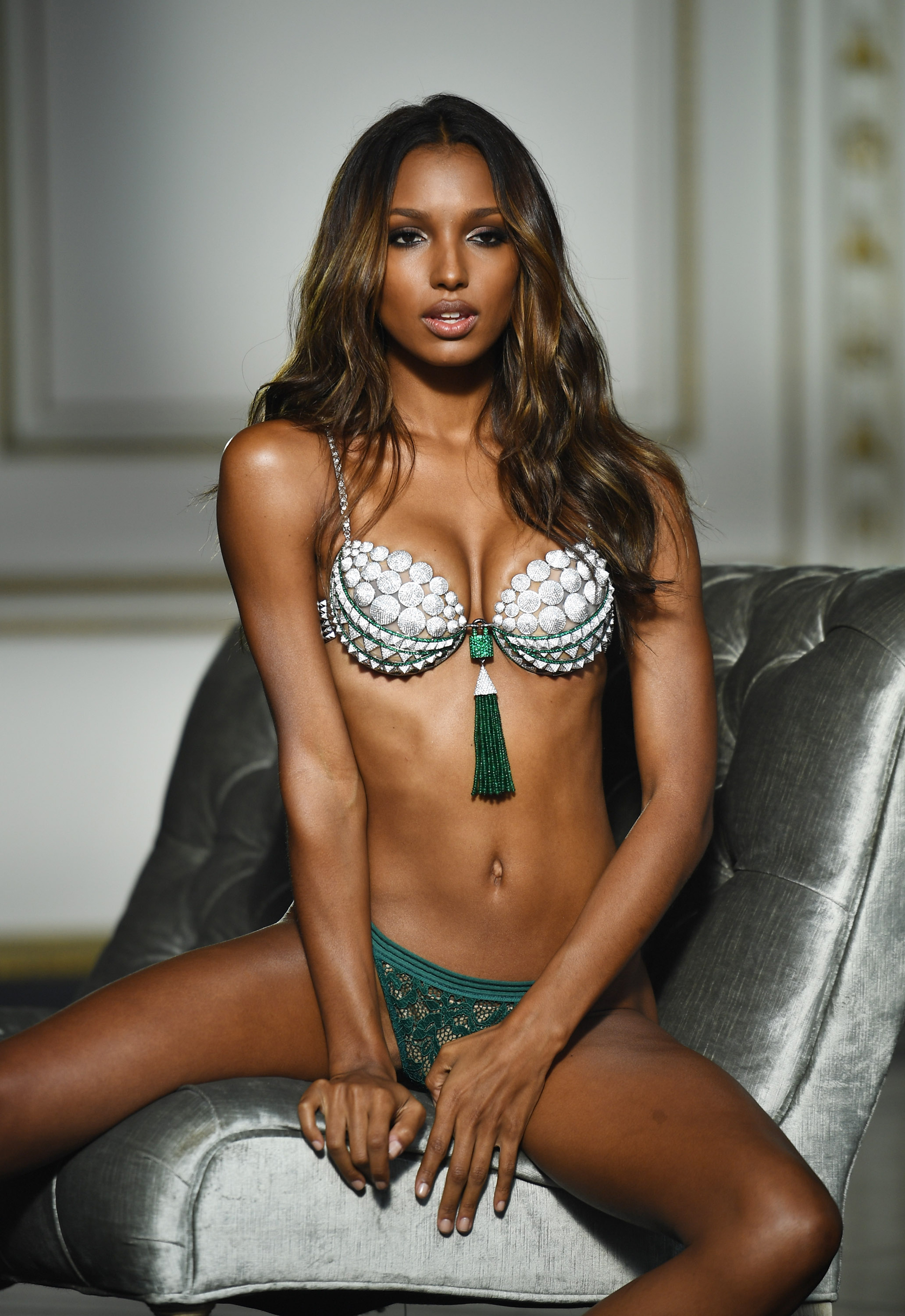2016: Jasmine Tookes was commissioned to wear the 'Bright Night' in the latest edition of the Victoria's Secret Fashion Show composed of 9,000 precious stones, diamonds in 18 carat gold with more than 700 hours of work.  Its value: USD 3,000,000