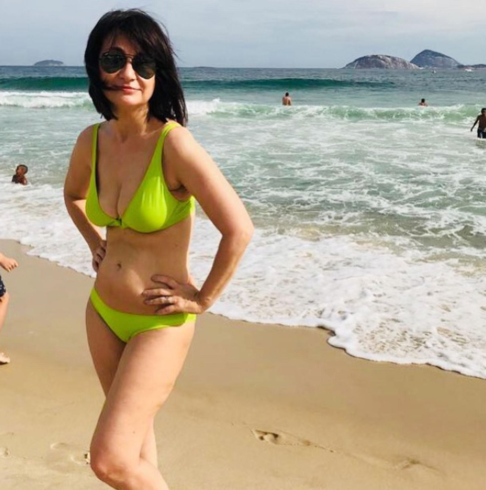 """María Laura Santillán lució una bikini en las playas de Brasil. """"Ciudad maravillosa. Desde Rio de Janeiro mucha pose para la foto pero… ¿Para cuándo los abdominales?"""", escribió en Instagram"""