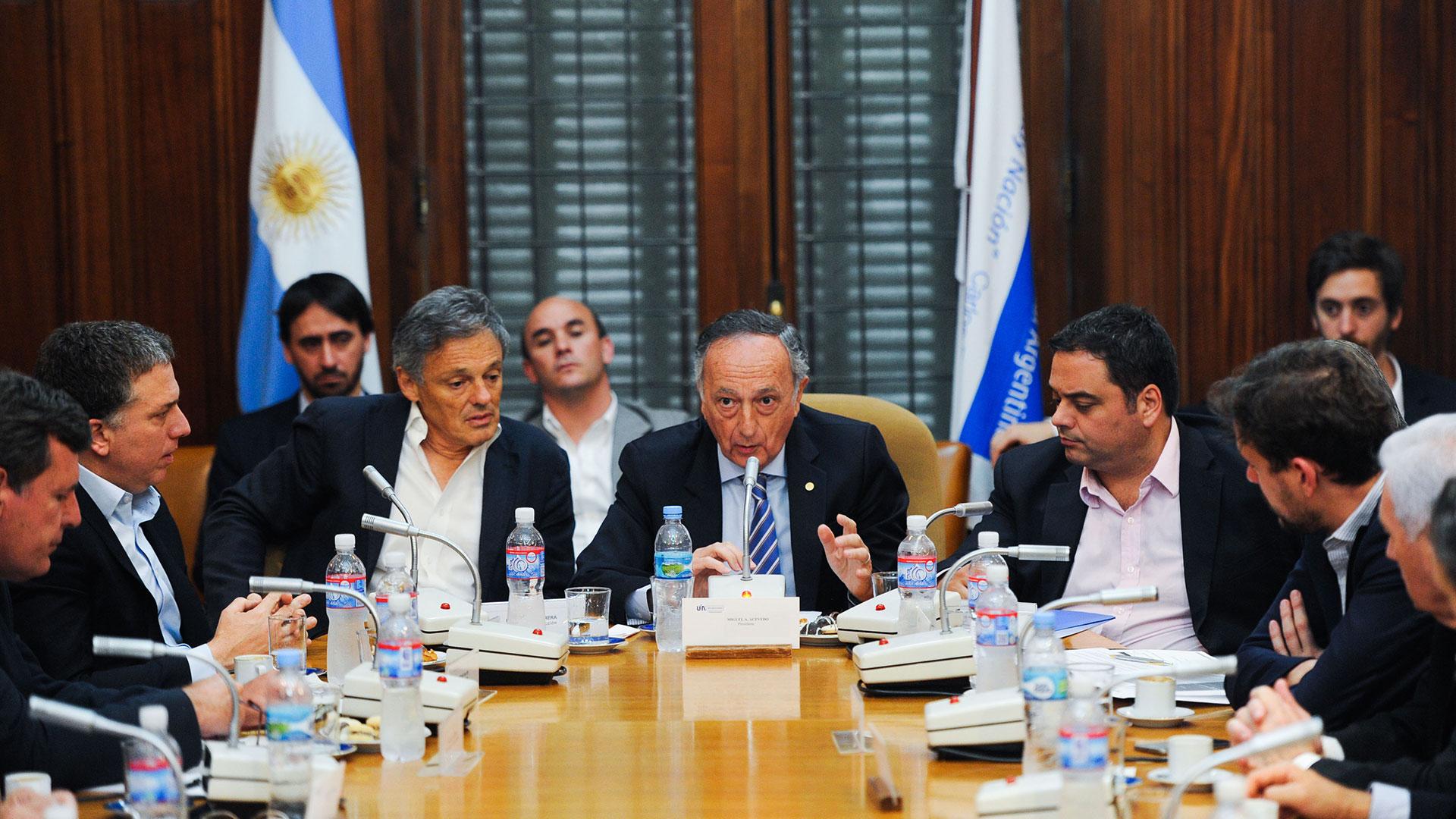 EL presidente de la UIA, Miguel Acevedo, recibió en la central fabril a los ministros de Hacienda, Trabajo y Producción, junto a los miembros de la Comisión Directiva