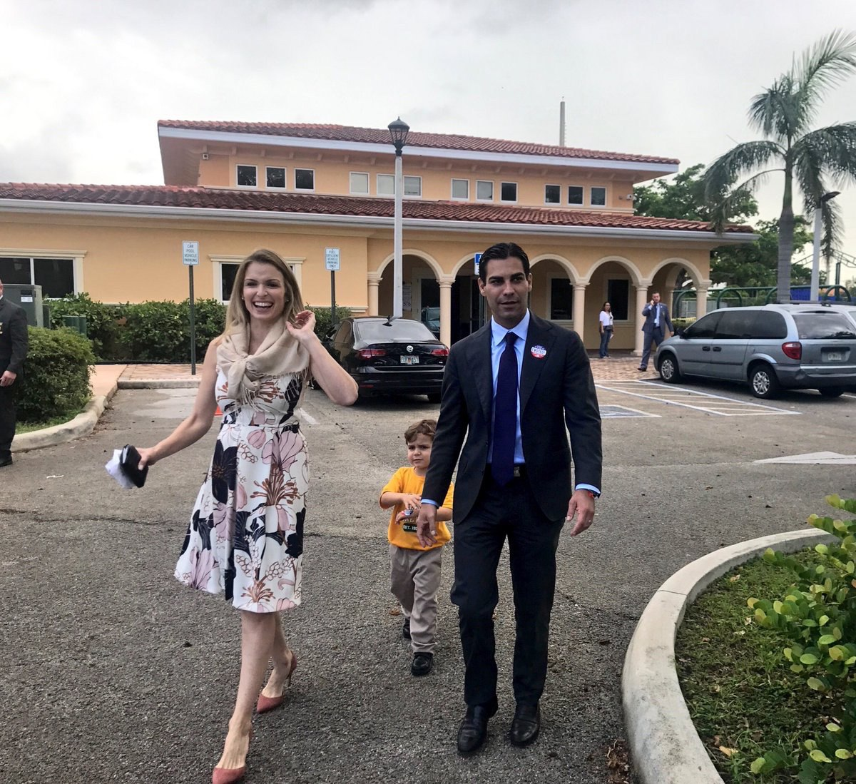 Francis Suárez acompañado de su esposa Gloria y su hijo Andrew, a la salida de un centro de elecciones