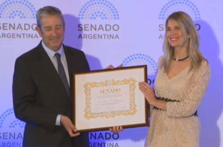 """Vanina Romanello recibe la """"Mención de Honor al Valor Científico"""" de las manos del senador Julio Cobos"""
