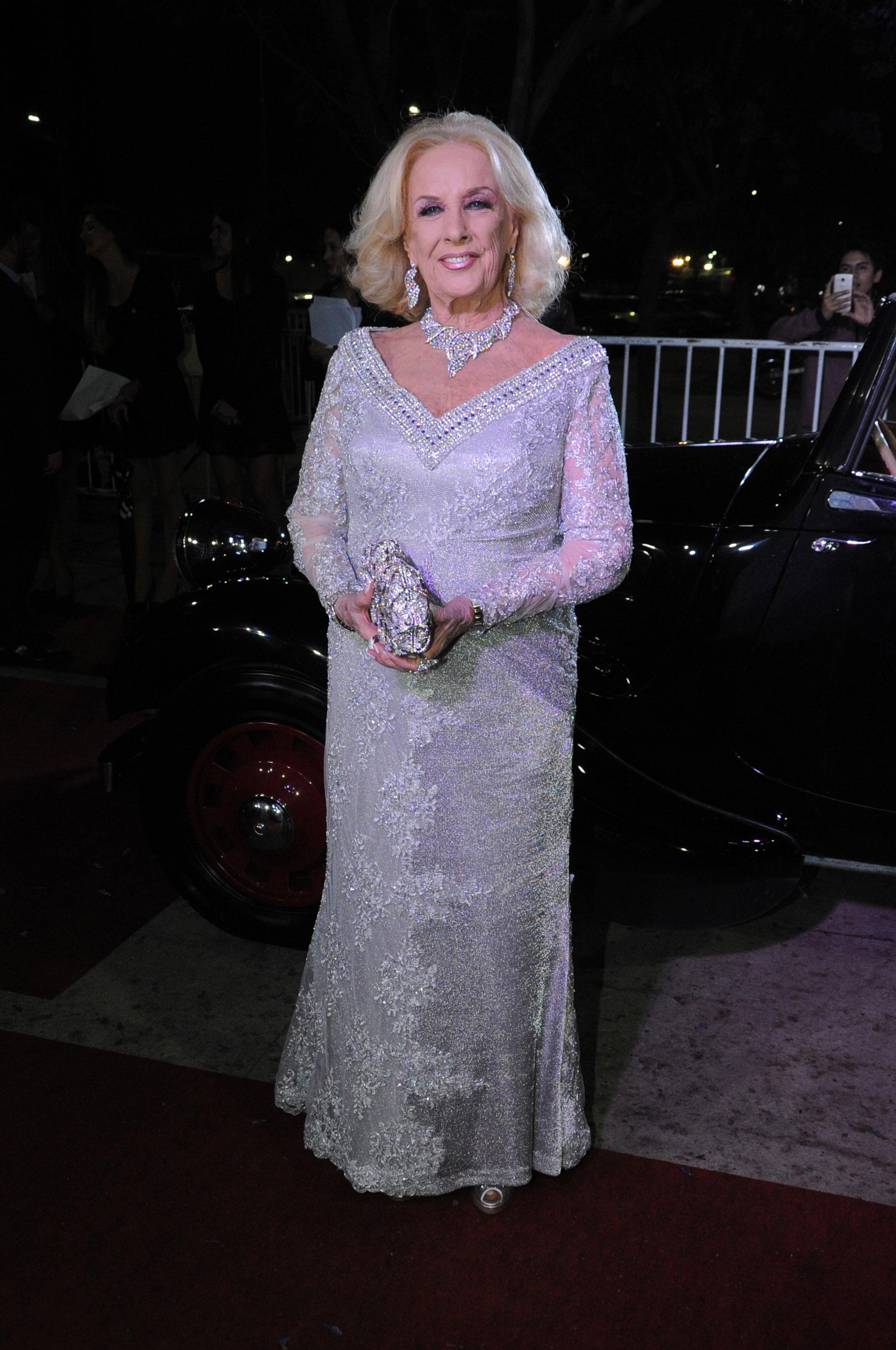 Con un elegante vestido plateado, Mirtha Legrand asistió a la celebración de la revista Caras. Con Susana Giménez fueron homenajeadas por sus trayectorias (Verónica Guerman / Teleshow)