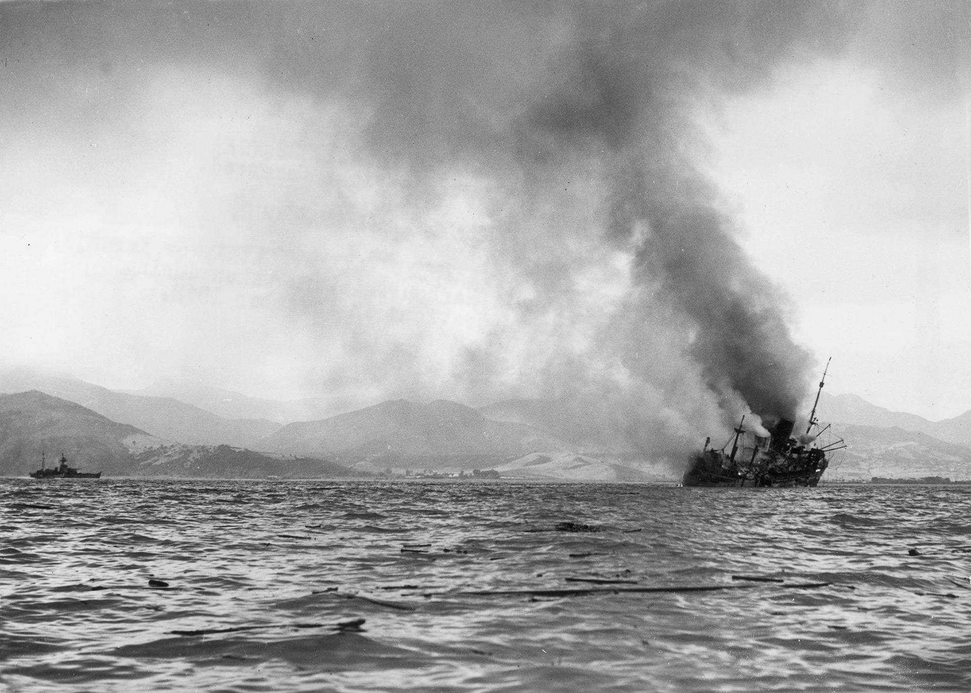 Un transporte británico hecha humo tras ser alcanzado por bombarderos alemanes (Hulton Archive/Getty Images)