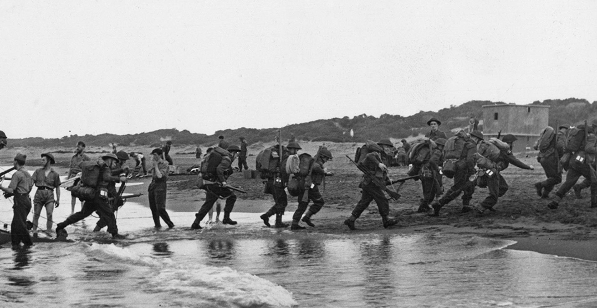 Tropas dejando las lanchas de desembarco (Keystone/Hulton Archive/Getty Images)