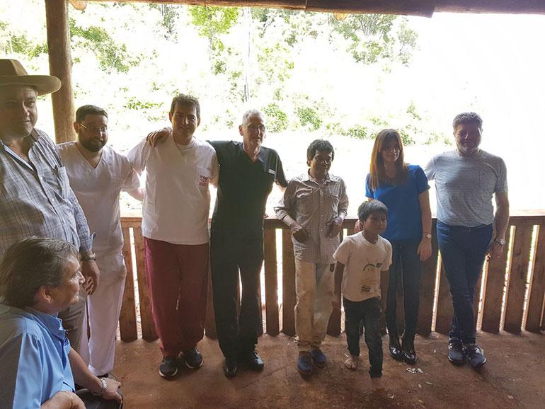 Alberto Vega, Sol Sueiras, el Cacique Roberto , doctor Claudio Romero y equipo con el intendente de Aristóbulo del Valle.