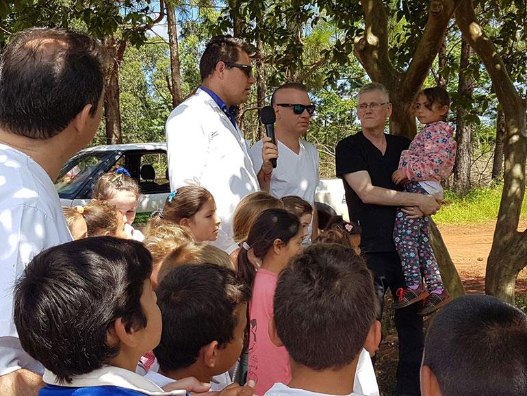 Leandro en su visita a Misiones junto al doctor Romero y la comunidad de Aristóbulo del Valle.