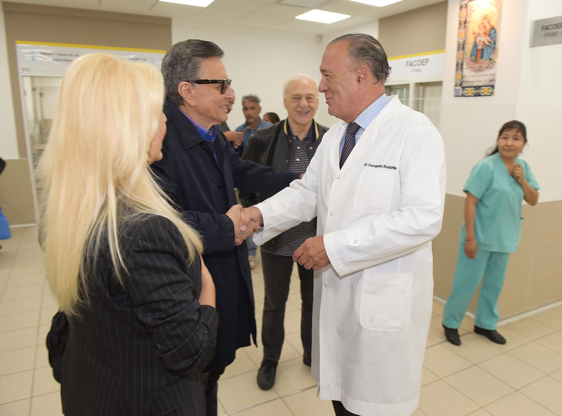 Palito Ortega también fue recibido por el director del Hospital Bernardino Rivadavia, Eduardo Fernández Rostello, y llegó en compañía de Lalo Fransen