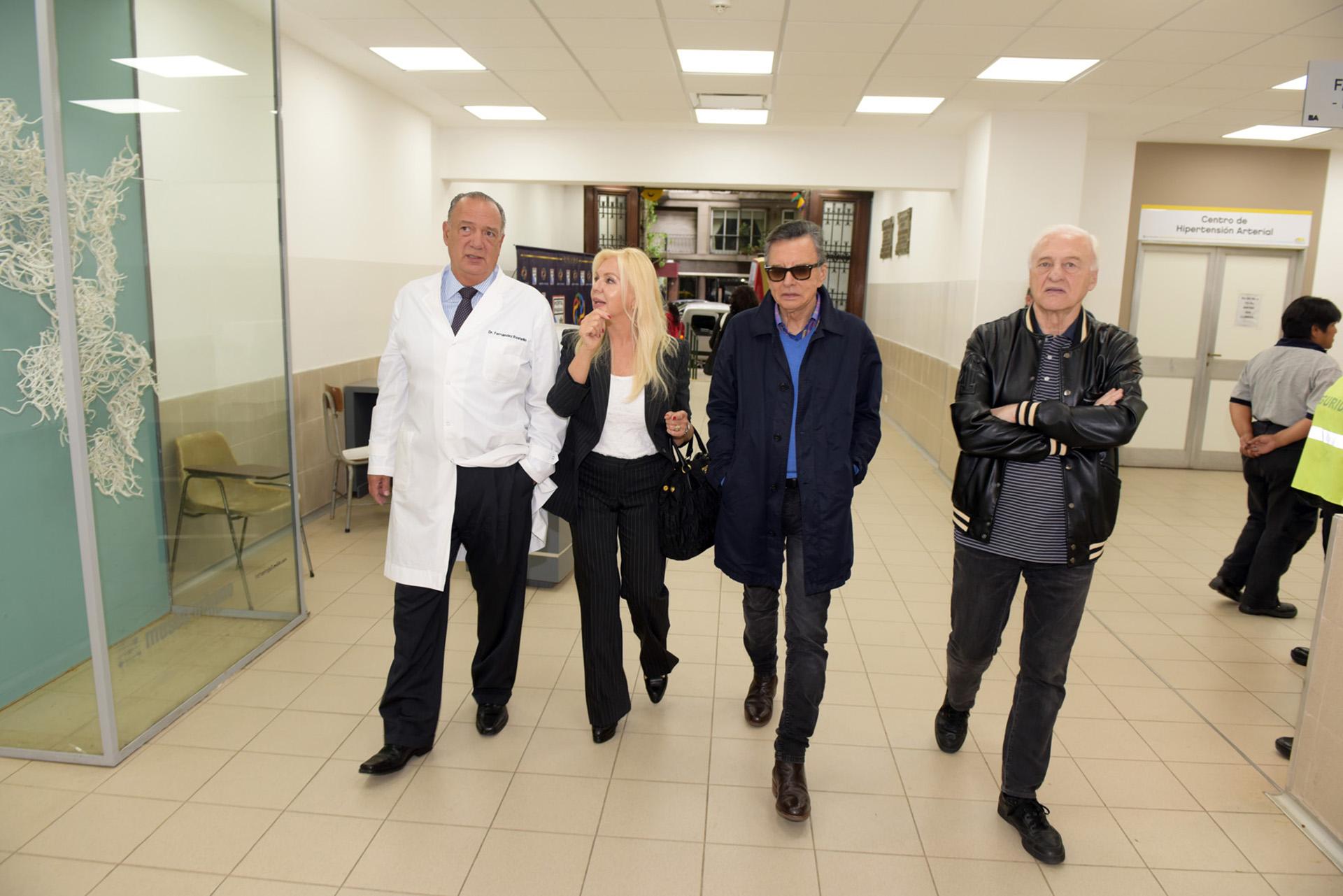 Eduardo Fernández Rostello, Diana Chugri, Palito Ortega y Lalo Fransen durante la recorrida por el Hospital Bernardino Rivadavia