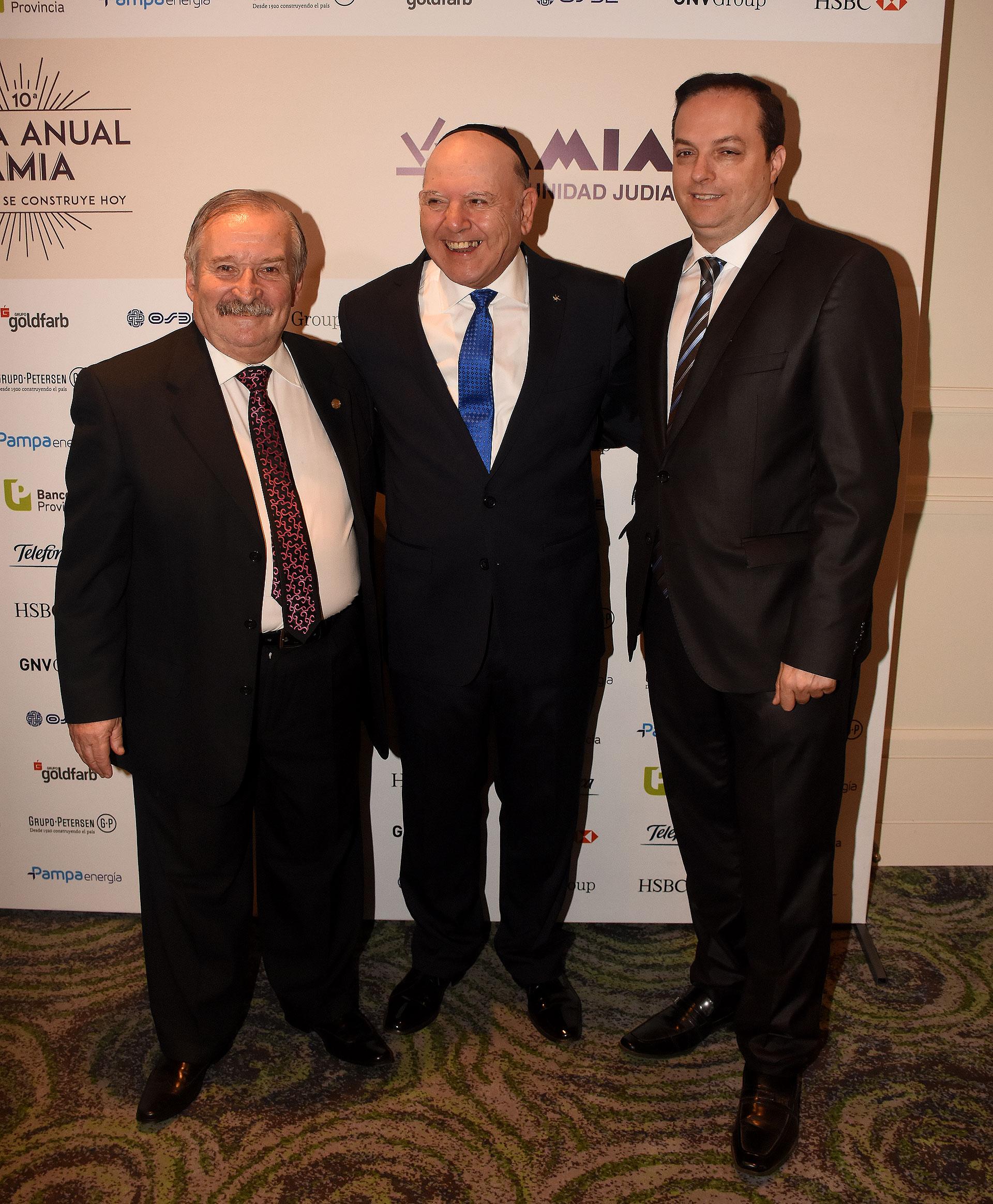 Julio Schlosser junto al tesorero de la AMIA, Alberto Chaieno, y Ariel Cohen Sabban