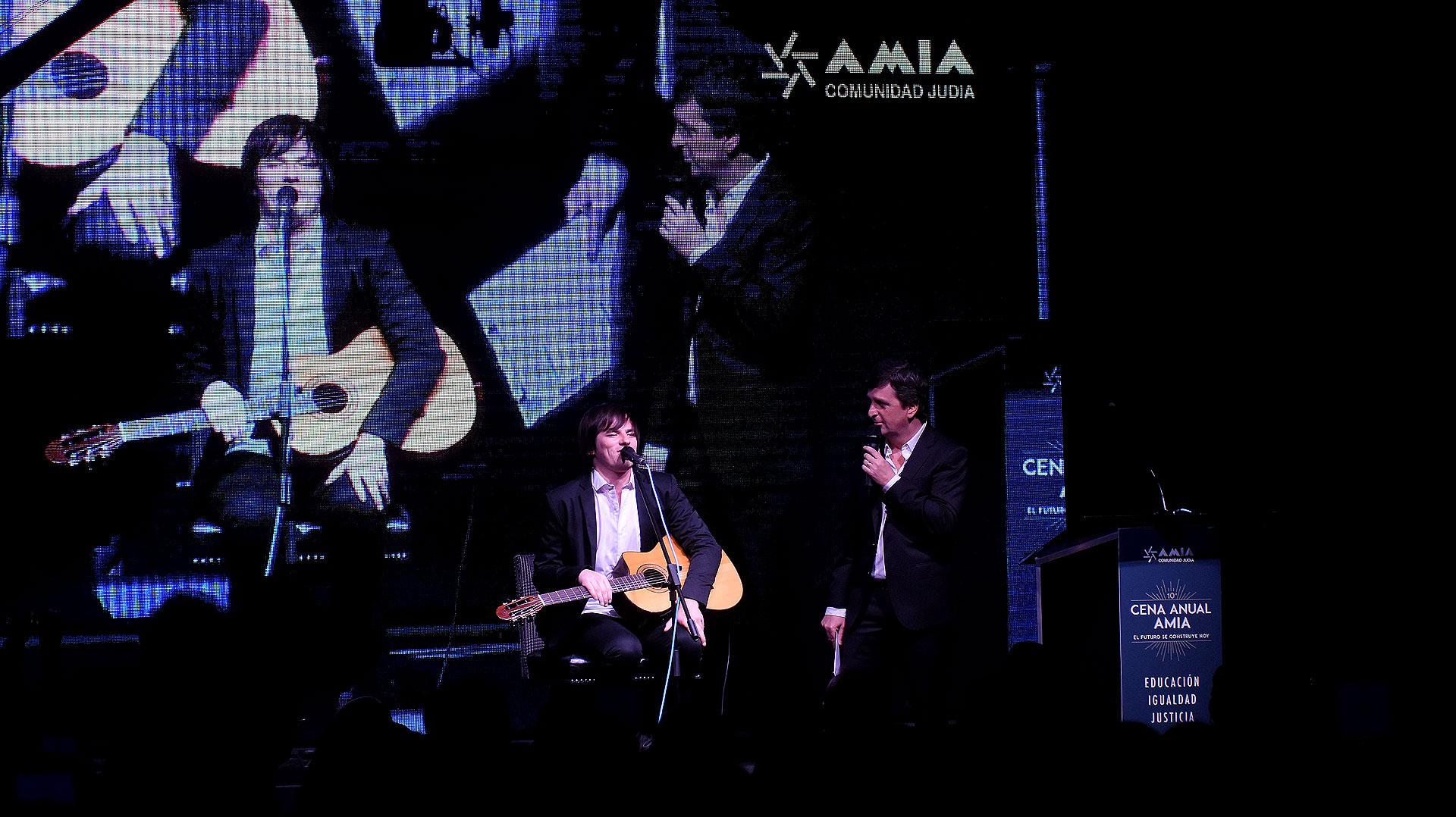 El cantante y guitarrista Nahuel Pennisi (quien recibió una distinción durante la velada) junto al conductor del evento, Diego Korol