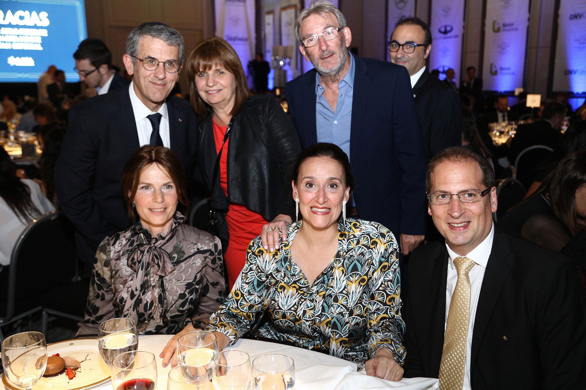Gabriela Michetti junto al presidente de AMIA, Agustín Zbar y su mujer Patricia; la ministra de Seguridad, Patricia Bullrich, y su marido Guillermo Yanco; y Darío Curiel, secretario general de AMIA