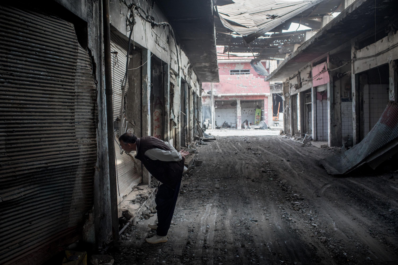Un hombre mira una tienda destruida en el casco antiguo de la ciudad(Chris McGrath/Getty Images)