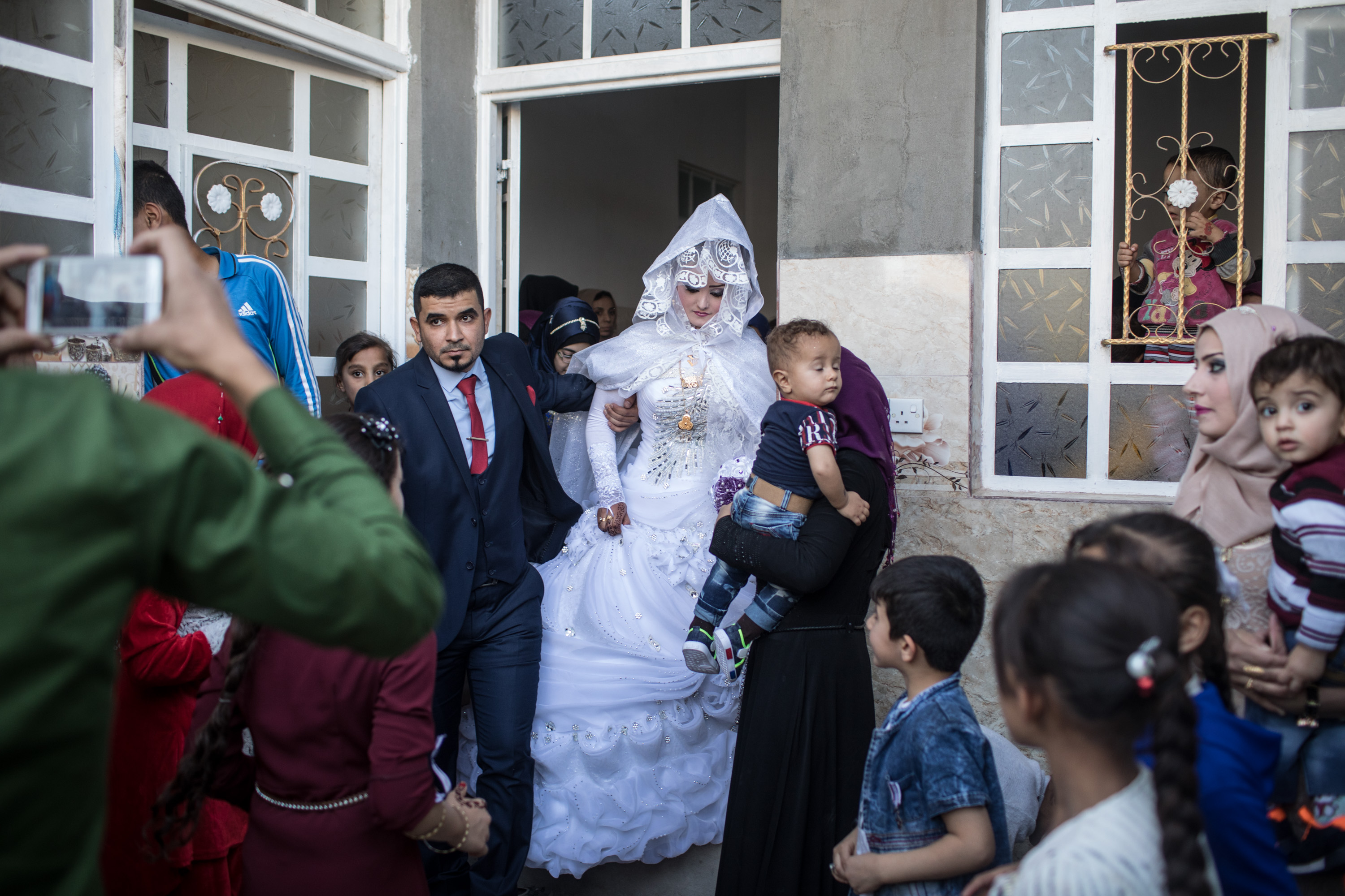 Una pareja recién casada sale de su casa en Mosul (Chris McGrath/Getty Images) ( Chris McGrath/Getty Images)