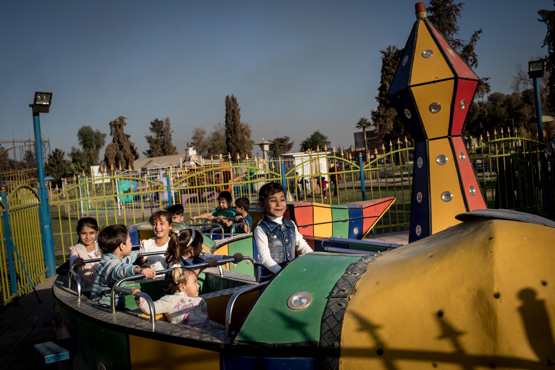 Niños en el parque de atracciones de Mosul (Chris McGrath/Getty Images)