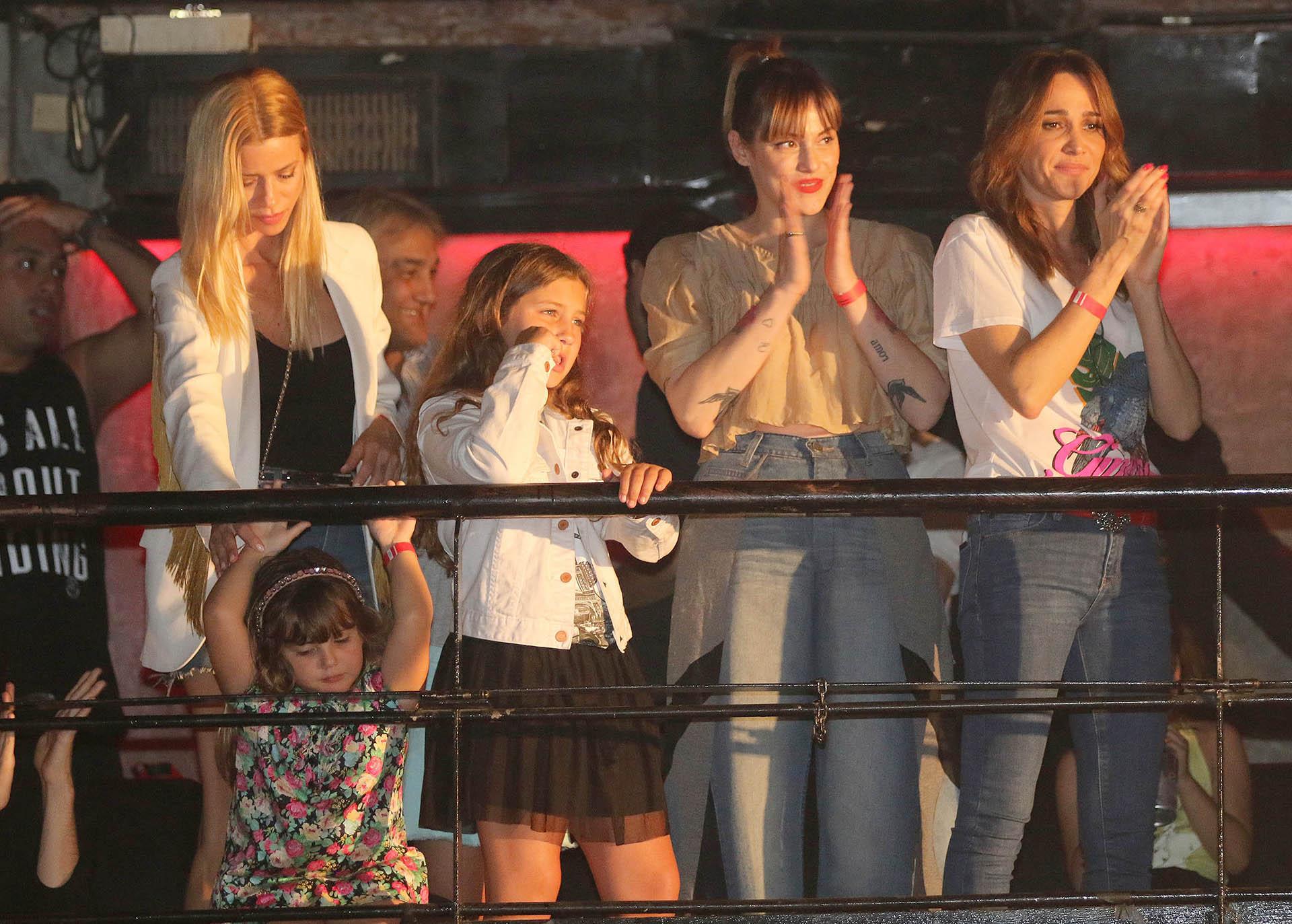 Nicole Neumann y sus hijas observan el recital junto a Connie Ansaldi (Verónica Guerman)