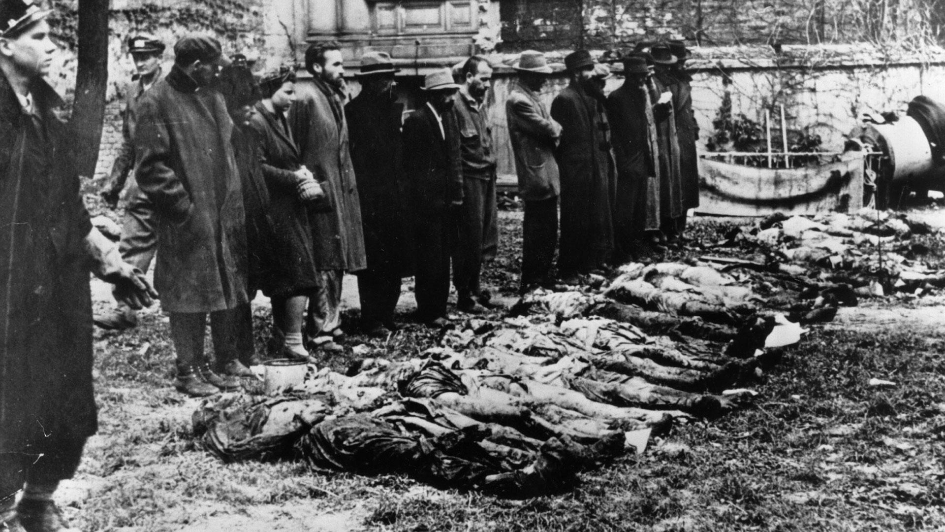 Los alemanes ocuparon Hungría en marzo de 1944. Ese año cerca de 438 000 judíos de Hungría fueron deportados a Auschwitz-Birkenau y la mayoría fueron ejecutados allí. Había días en que los hornos no daban abasto y sedebían quemar los cuerpos en hogueras al aire libre.