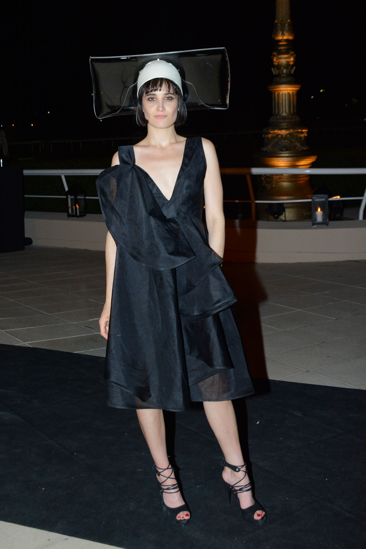 Florencia Torrente. El dress code femenino sugería el uso de fascinators y black tie para los hombres