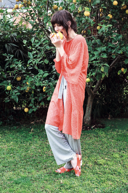 Remera corta de mangas largas ($ 890, Las Pepas), kimono de gasa ($ 4.100, Vitamina) y pantalón ancho de algodón ($ 999, Yagmour).Foto Achi Pirovano