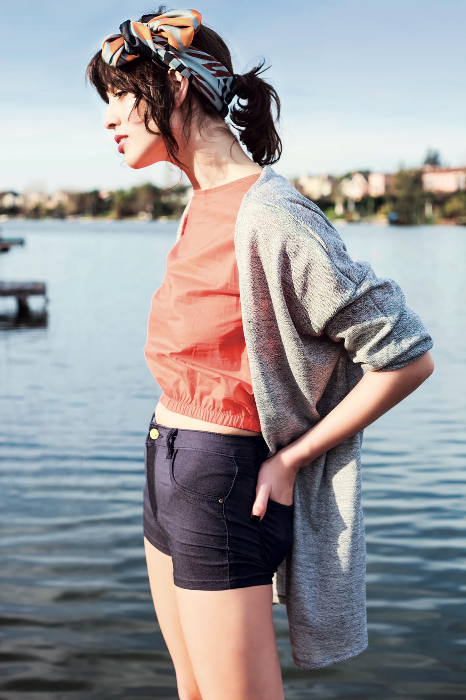 Remera corta con frunces en la cintura y en los puños (Inversa), saco de hilo ($ 1.190, Muaa), minishort de jean ($ 920, Muaa) y pañuelo de seda estampado ($ 1.620, Mishka).Foto Achi Pirovano