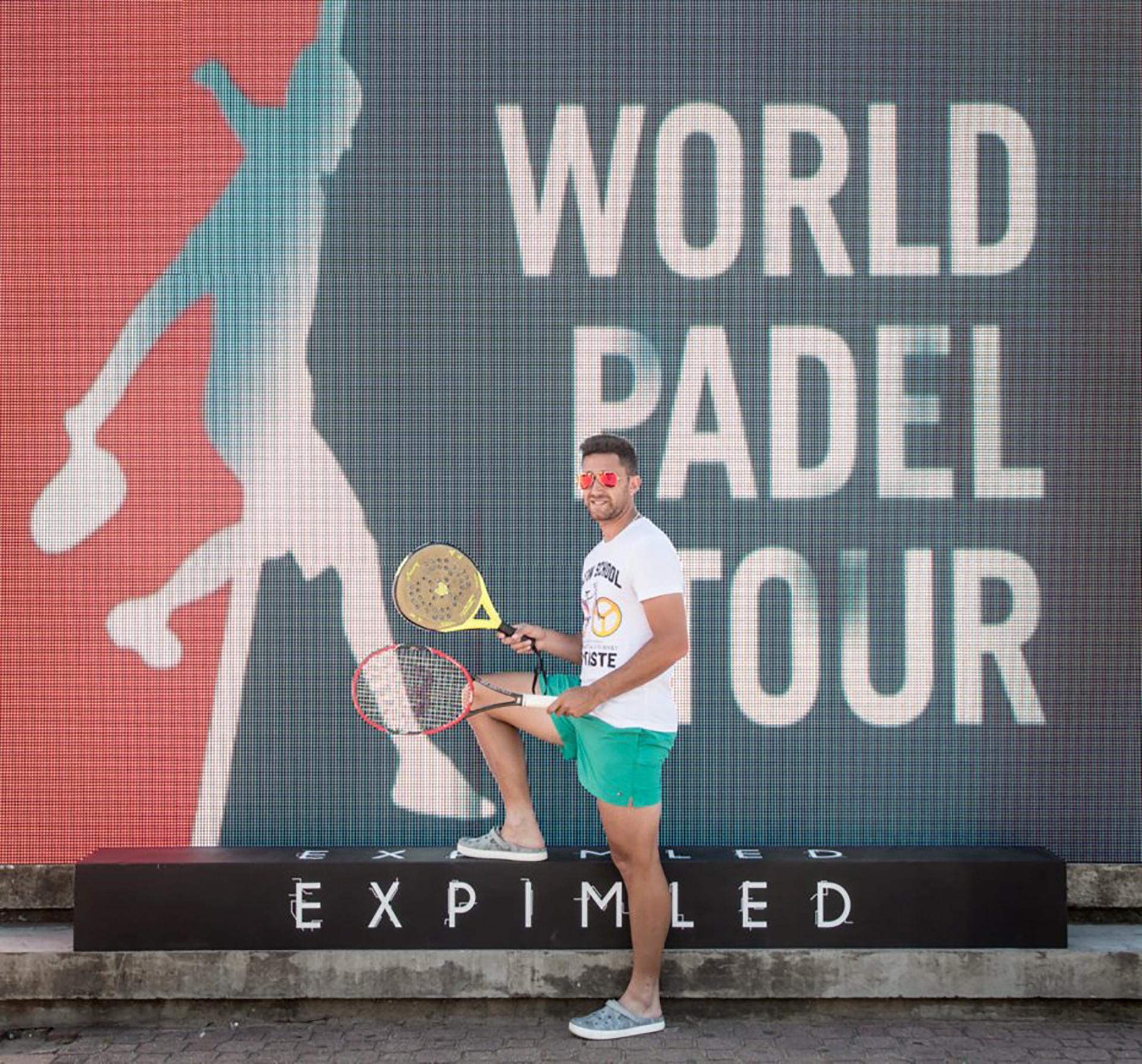 El tenista Facundo Argüello posa con la paleta y la raqueta