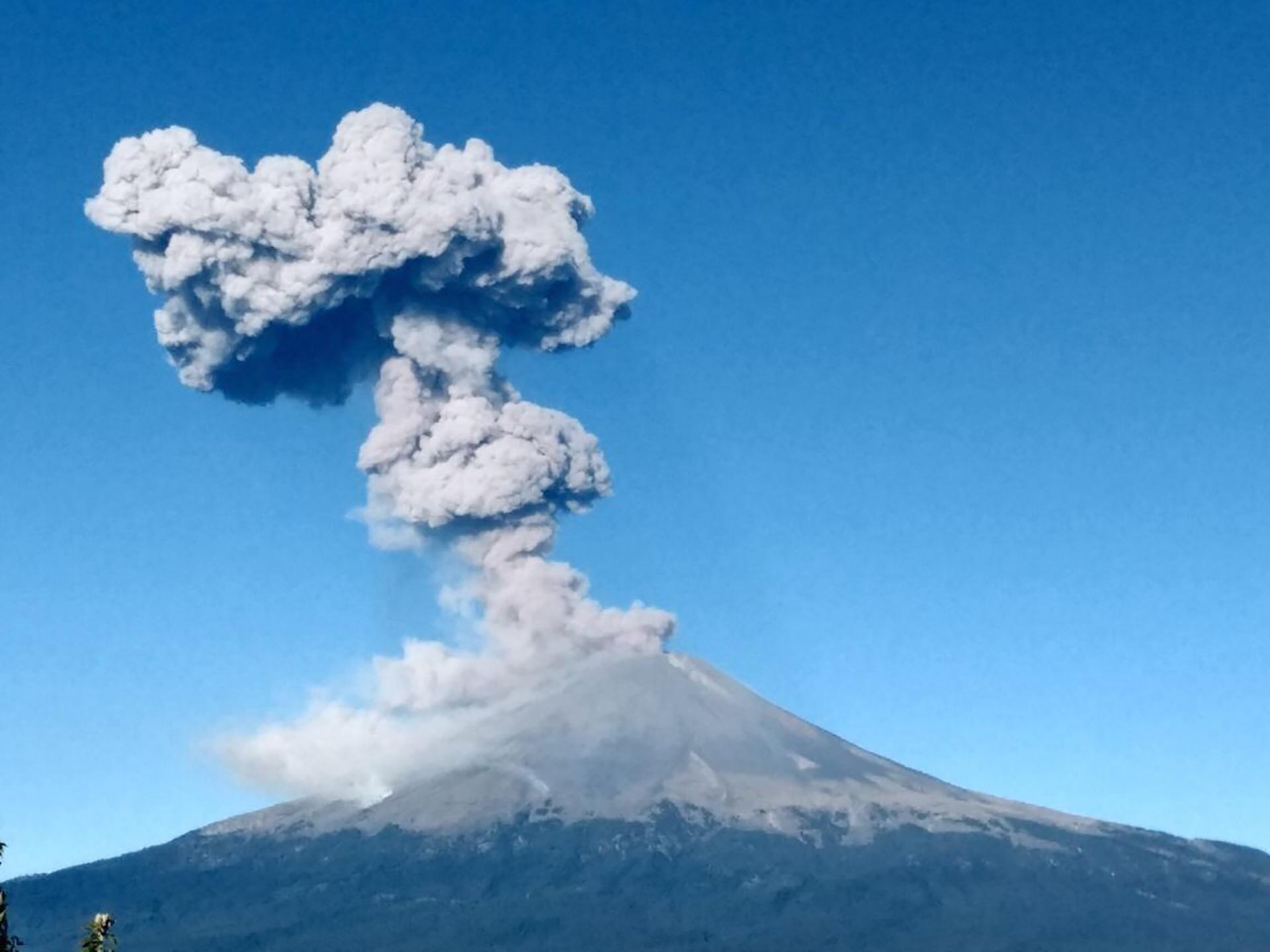 El volcán Popocatepetl, ubicado a 72 km de la Ciudad de México, ha venido registrando numerosas exhalaciones de baja intensidad desde fines de septiembre.