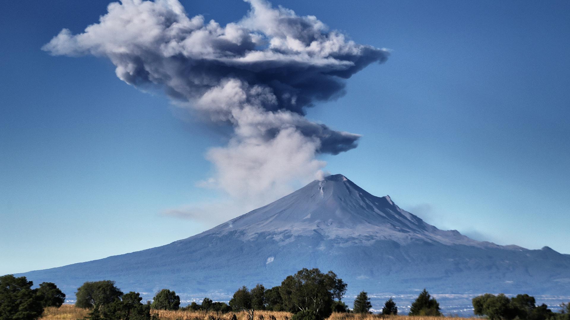 Las cenizas del volcán Popocatépetl vista desde la comunidad tepehiteca en el estado de Tlaxcala, México, el 10 de noviembre de 2017. (AFP)