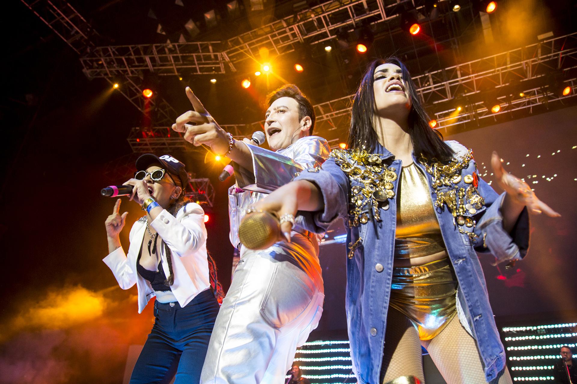 """Con Miss Bolivia, Lali interpretó """"Tu Revolución"""" y luego se sumó Leo García para cantar """"Tomate el Palo"""""""