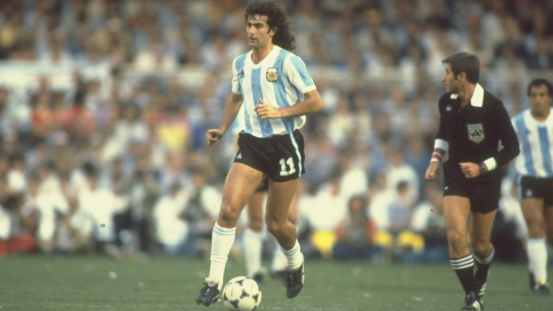 13 Jun 1982: Mario Kempes (centre) of Argentina runs with the ball during the World Cup match between Argentina and Belgium in Barcelona, Spain. Belgium won the match 1-0. Mandatory Credit: Steve Powell/Allsport