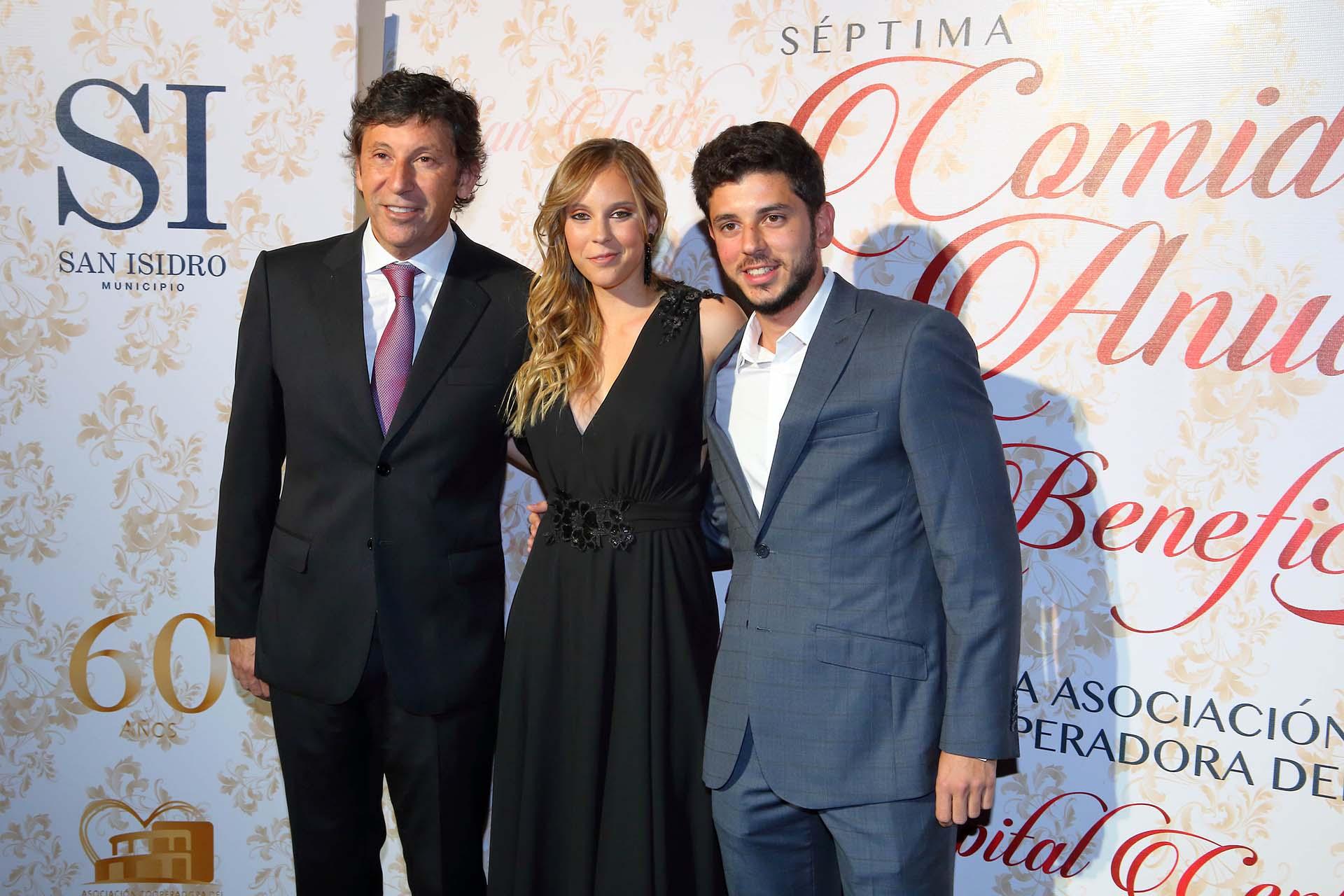 El intendente Gustavo Posse junto a sus hijos Macarena y Melchor
