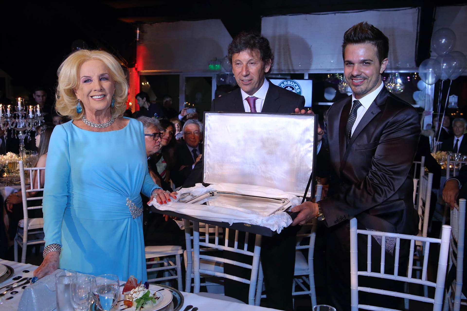 El intendente Gustavo Posse y Alejandro Viñas, productor general de la gala, entregan la distinción Embajadora Solidaria 2017 a Mirtha Legrand