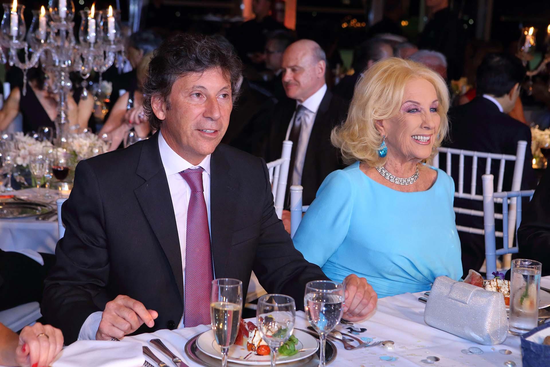 El intendente de San Isidro, Gustavo Posse, y Mirtha Legrand en la mesa principal de la gala a beneficio del Hospital de San Isidro