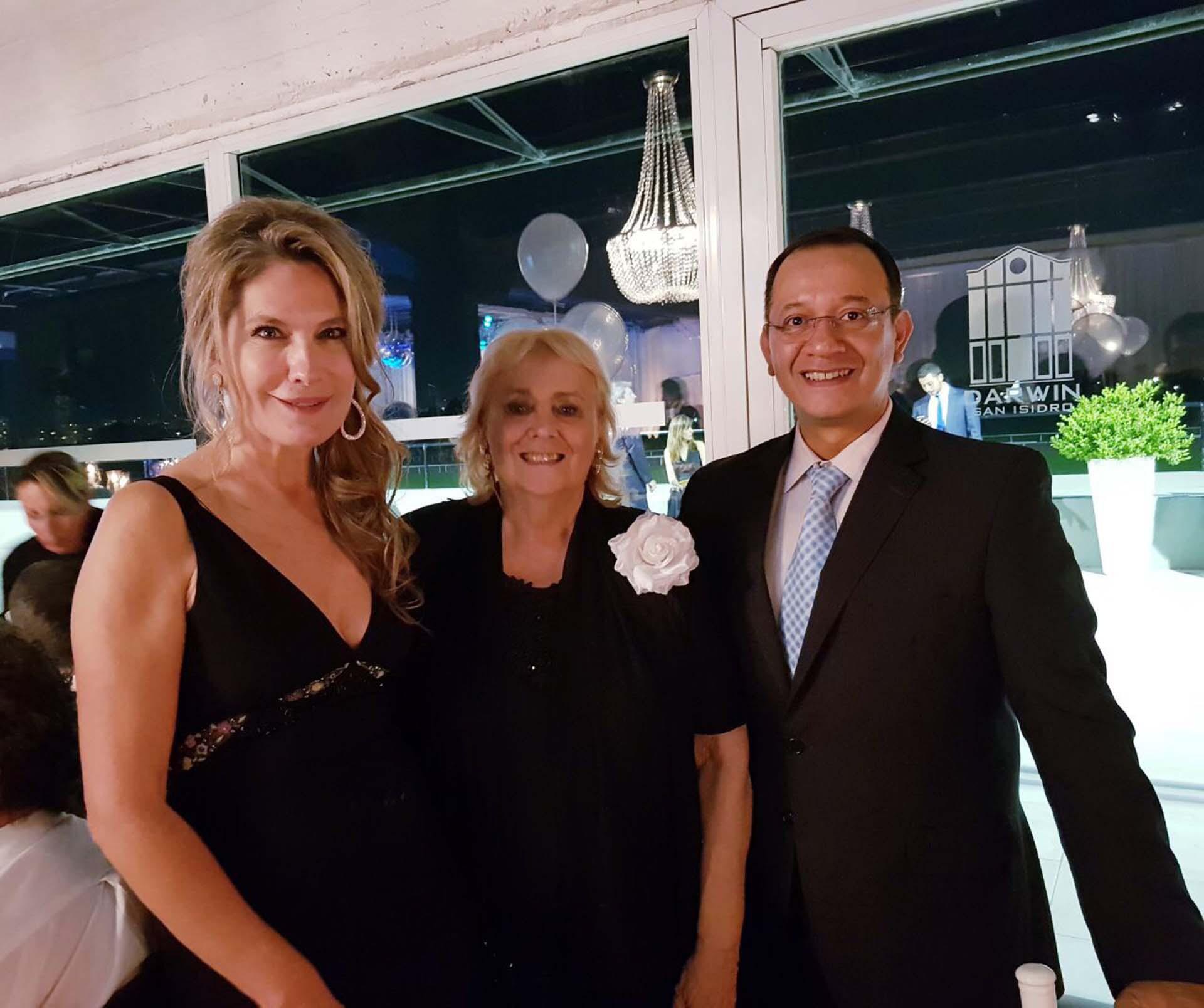 Ana Rusconi junto a la presidente de la Fundación Infancia Plena, Gloria de las Casas, y el director de Inclass, Daniel Martínez