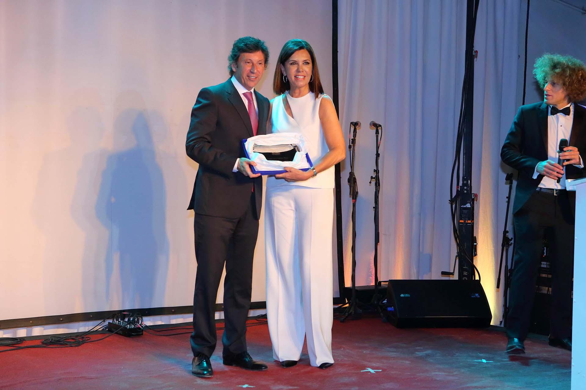 Liliana Parodi recibió una distinción en representación de Daniel Vila y Pamela David por su compromiso solidario