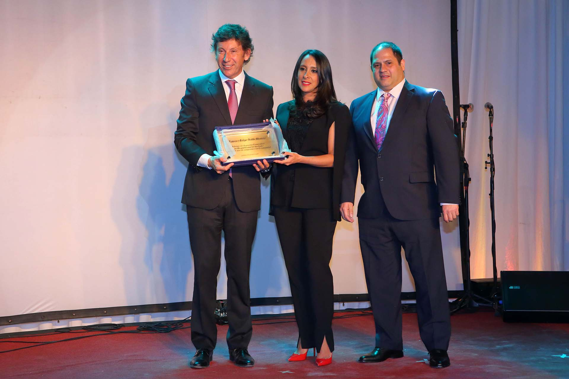 Vanesa y Felipe Noble Herrera entregaron un reconocimiento por el 60° aniversario de la Cooperadora del Hospital