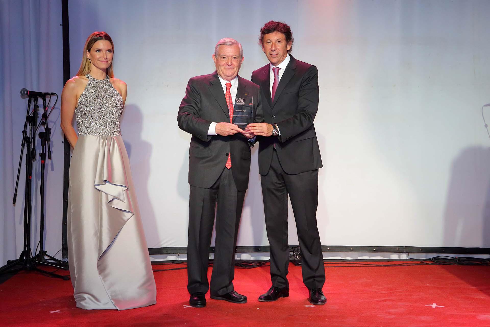 El empresario Juan Carlos Bagó también recibió un reconocimiento de manos de Gustavo Posse