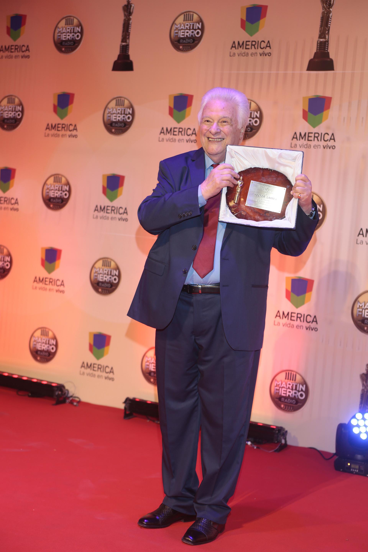 Héctor Larrea recibió una placa homenaje en la gran noche de los premios a la Radio (Fotos Teleshow/Verónica Guerman)