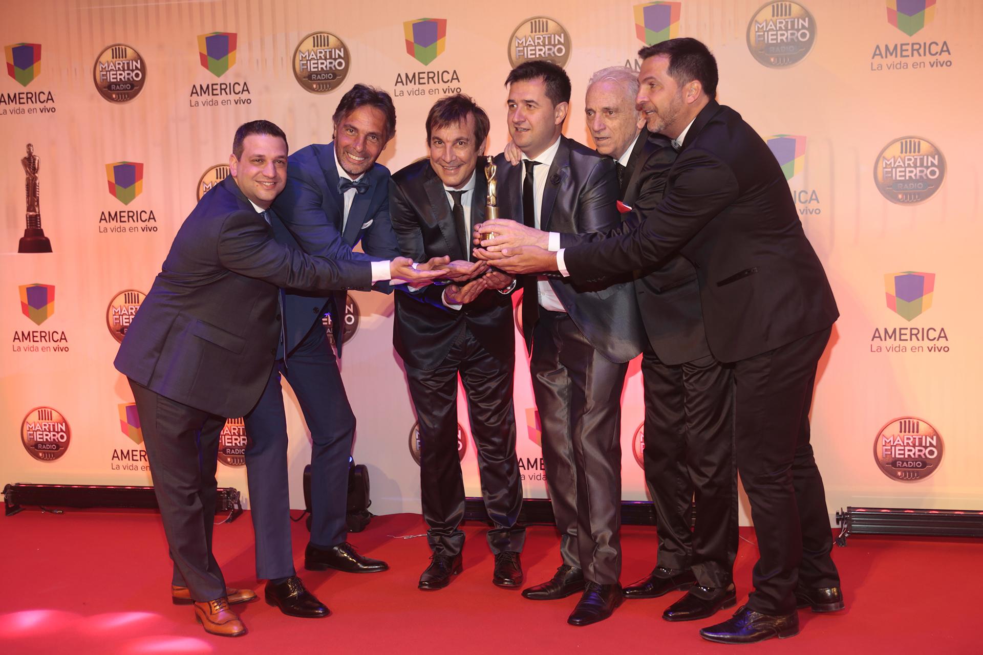 """El equipo de """"De una, otro buen Momento"""" fue premiado como """"Mejor Programa Deportivo"""""""