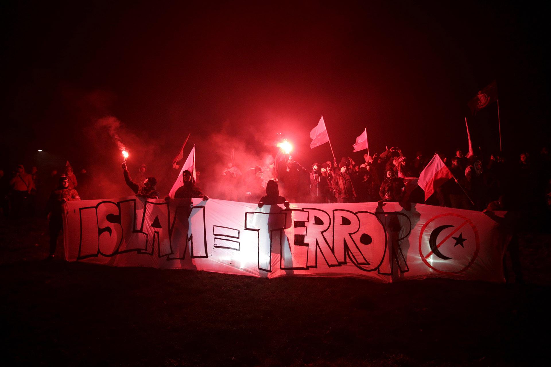 """Además de los clásicos """"Dios, honor y patria"""" y """"Gloria a los héroes"""", también se escucharon lemas xenófobos: """"Polonia pura, polonia blanca"""", """"Largaos con los refugiados"""" o """"A golpe de martillo, a golpe de hoz, acabemos con la gentuza roja"""", este último, entendido como anticomunista y antirruso"""