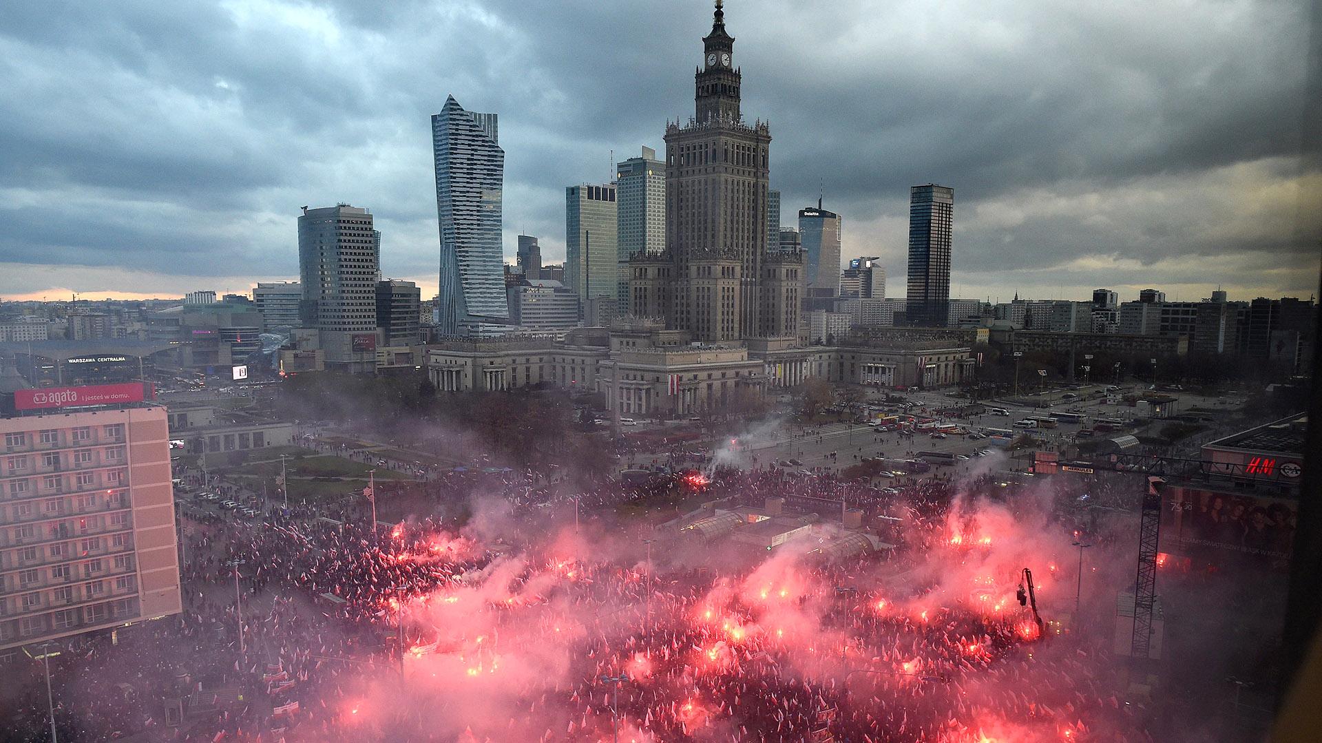 Nacionalistas polacos llenaron de bengalas el centro de Varsovia (EFE)