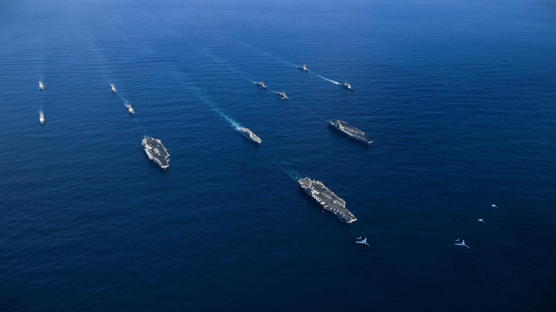 El USS Ronald Reagan, USS Theodore Roosevelt y USS Nimitz se desplazán en el Pacífico Occidental con buques de la Fuerza Marítima de Autodefensa Japonesa durante operaciones en aguas internacionales como parte de un ejercicio de fuerza de ataque de tres portaaviones, el 12 de noviembre de 2017. (Reuters)