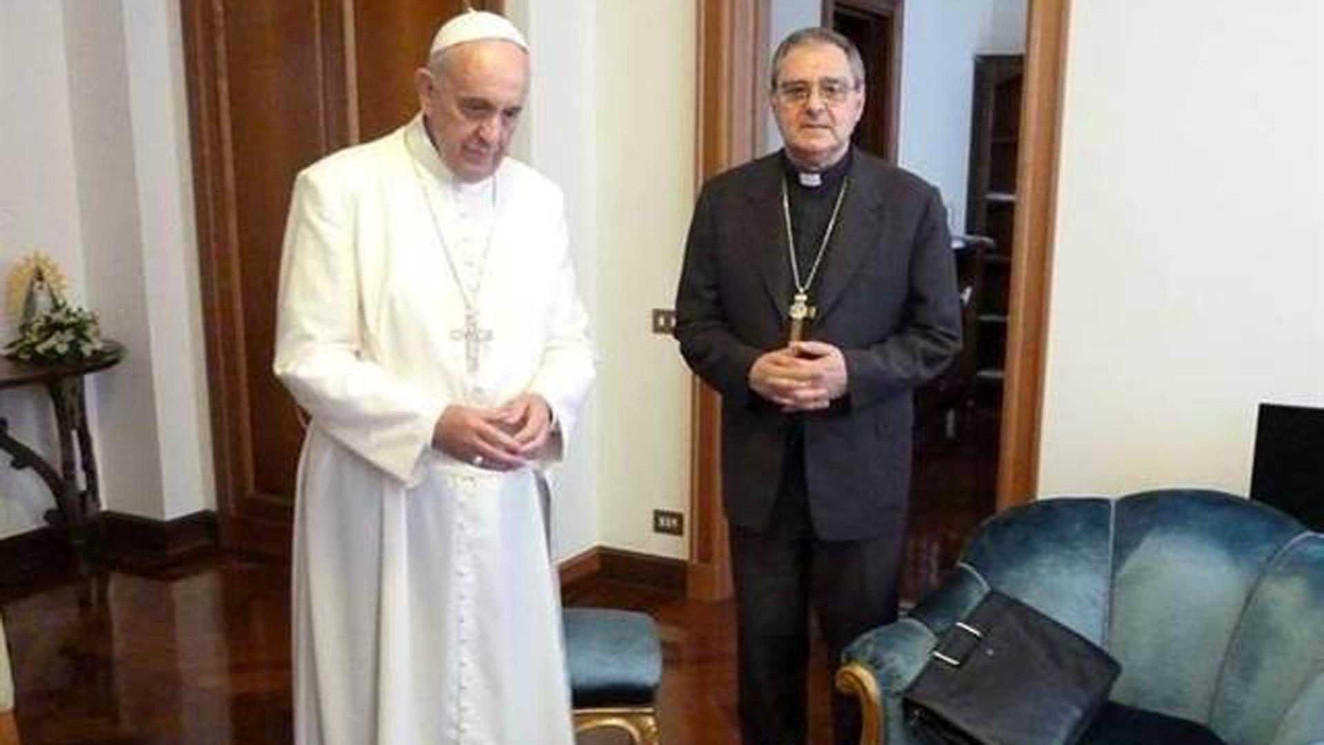 El papa Francisco posa junto a Monseñor Oscar Ojea