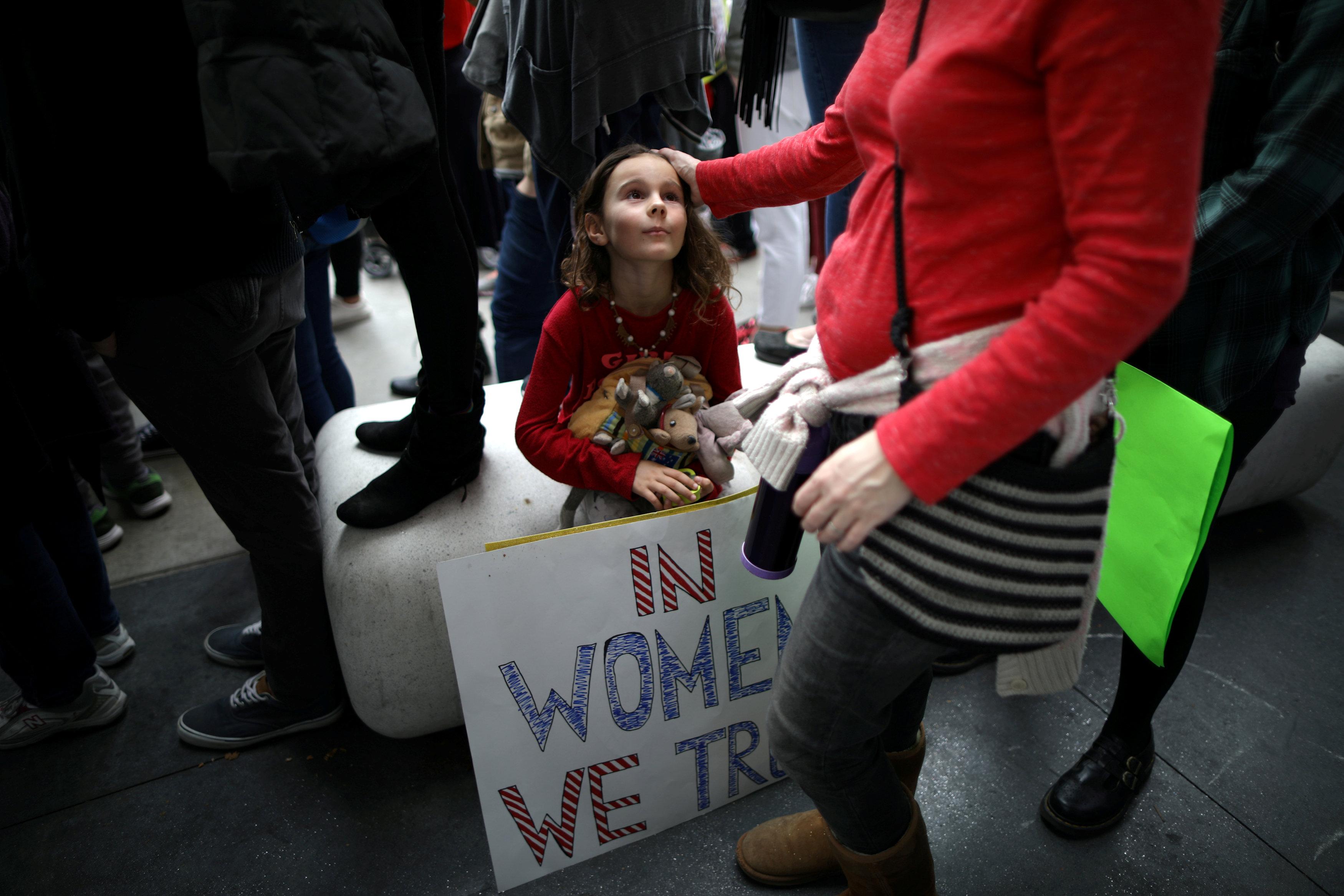 Ada Kennedy, de 7 años, observa su madre durante la marcha contra los abusos en Hollywood (REUTERS/Lucy Nicholson)