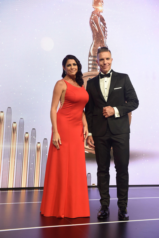 Los conductores del gran evento de la radio: Alejandro Fantino y Pamela David. ¡Súper elegantes!