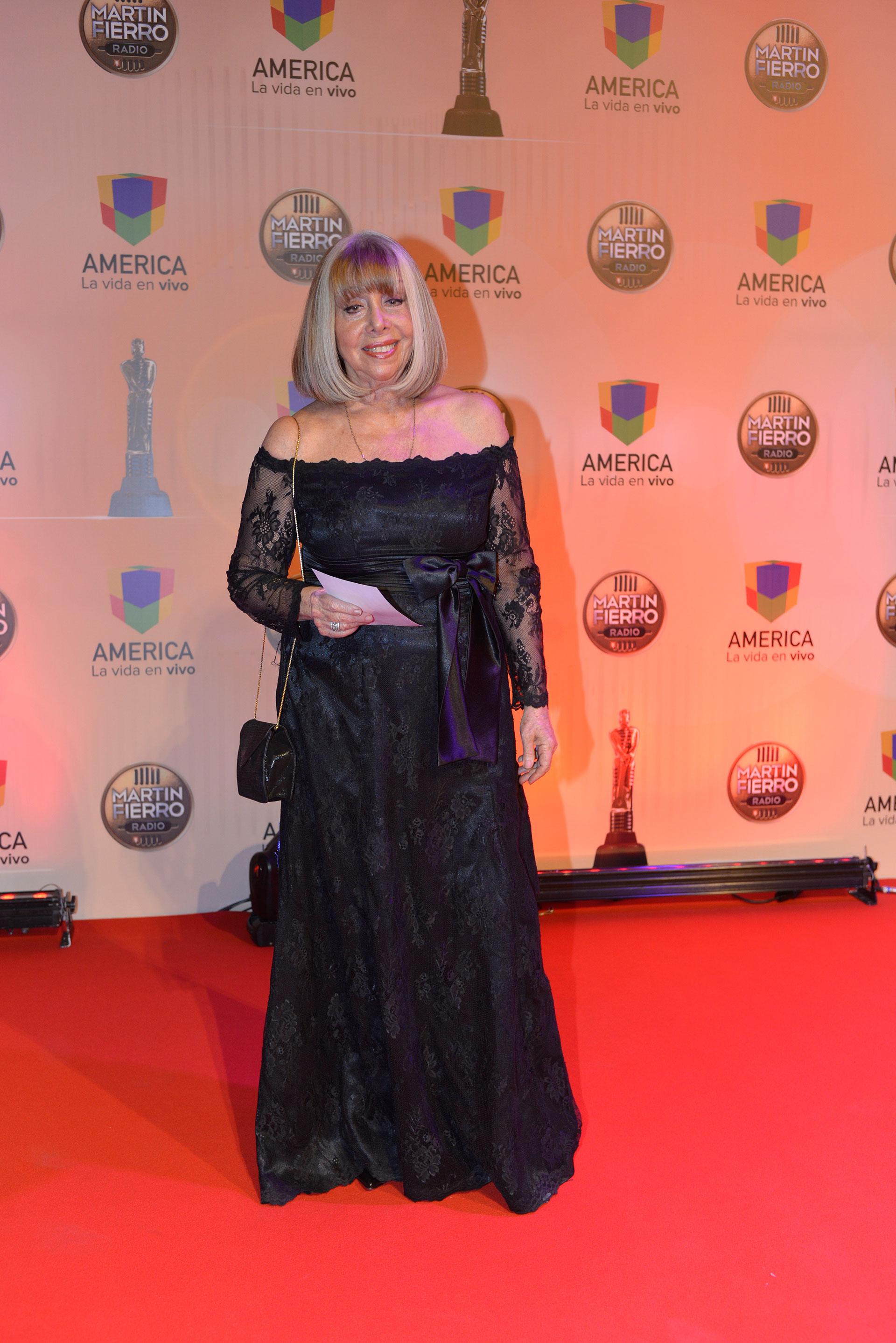 """Nora Perlé se llevó el premio por su programa """"Canciones son amores""""."""