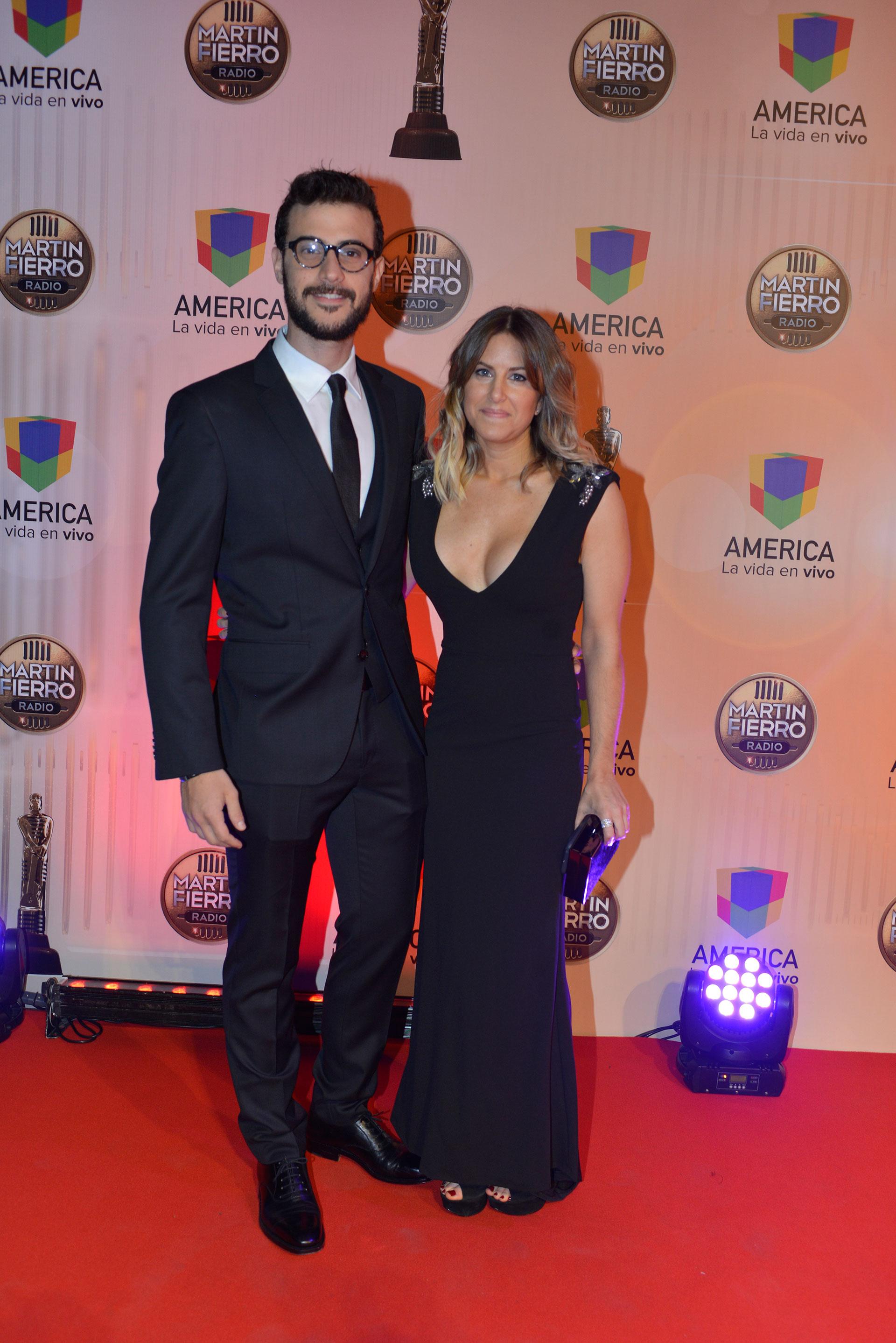 Diego Leuco, ganador como analista político, junto a su novia Daniela, ambos total black.