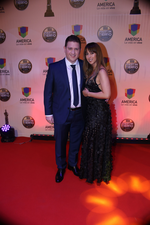Jonatan Viale, con un clásico traje azul noche, junto a su esposa, Micaela Krolovetzky.