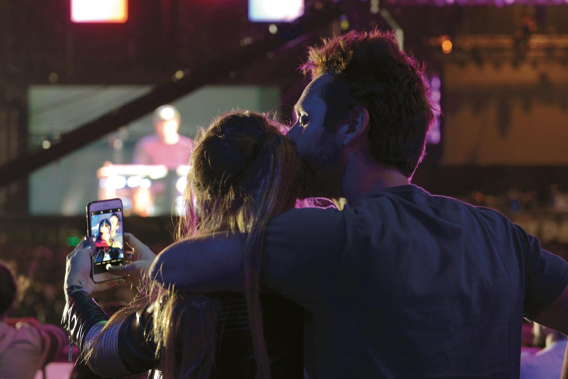 A los besos durante el show en el Club Ciudad. Fotos: Maximiliano Vernazza/GENTE
