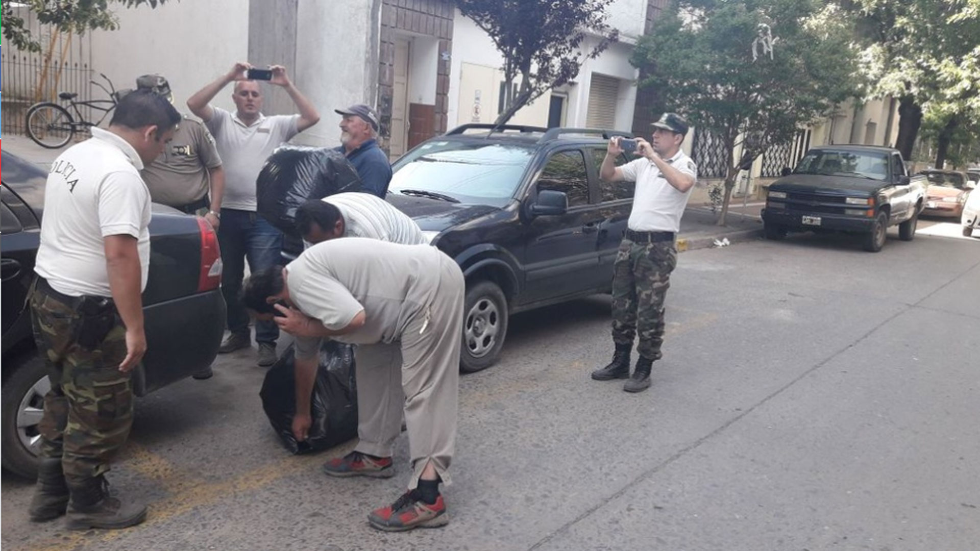 Detuvieron a dos narcos que buscaban droga arrojada desde una avioneta — Rojas