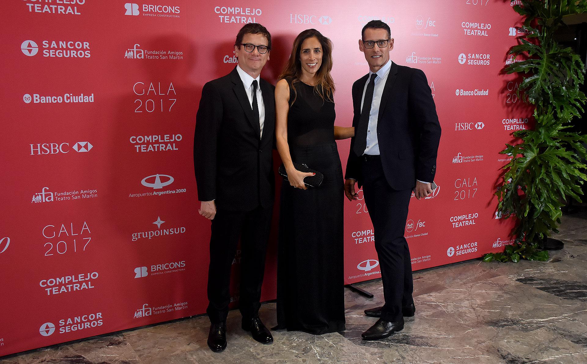 Gabriel Martino, presidente de HSBC Argentina, su mujer Florencia Perotti y Fabián Bottegal